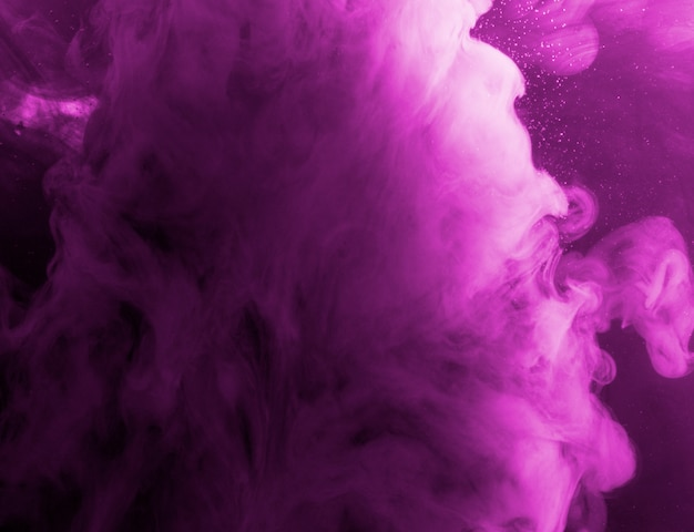 Vibrante nube de neblina púrpura en líquido