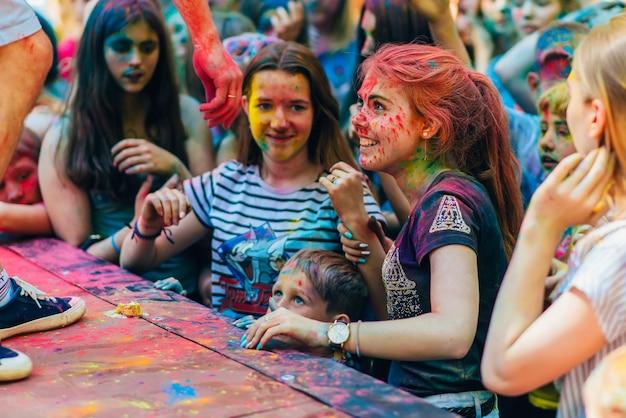 Vichuga, rusia - 17 de junio de 2018: niñas felices con caras pintadas en el festival de colores holi