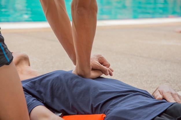 Víctima de cpr ahogándose cerca del aprendizaje de la piscina
