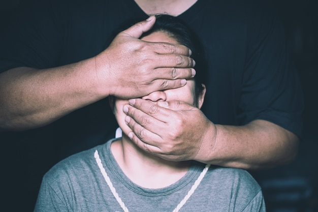 Víctima de violencia doméstica, concepto de trata de personas, fin de la violencia contra las mujeres.