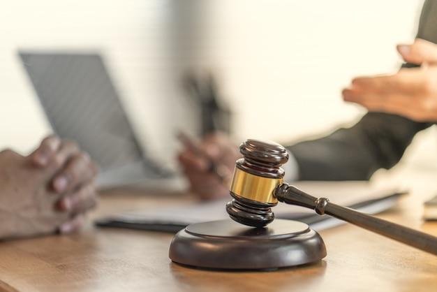Las víctimas reclaman con un abogado sobre contratos injustos en la compra de viviendas