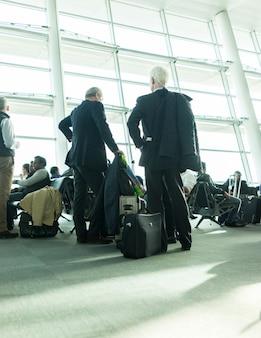 Vida de la ciudad, gente borrosa caminando en el aeropuerto