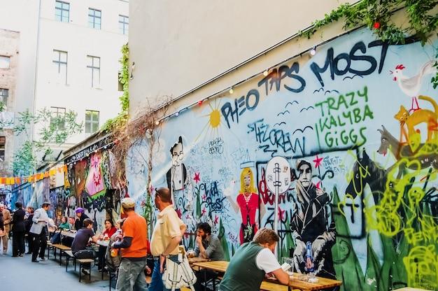 La vida cotidiana en el barrio de spandau, habitada por artistas y personas modernas.