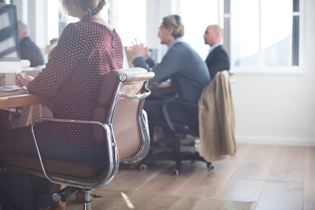 La vida cotidiana de los empresarios en la oficina.