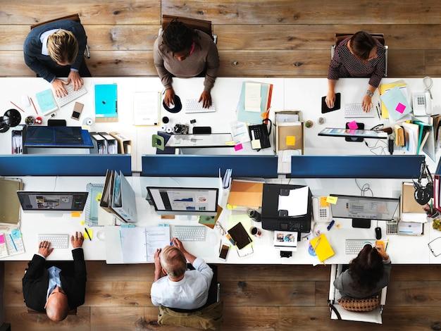 La vida cotidiana de la gente de negocios en la oficina.