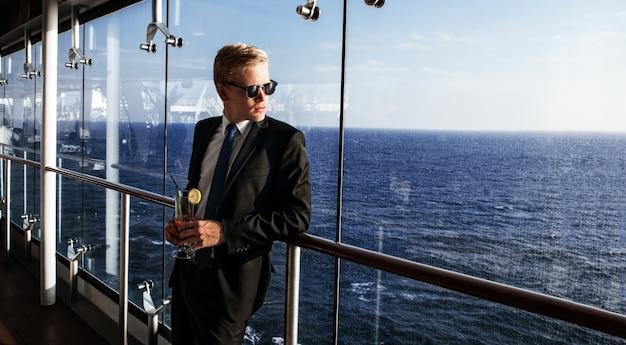 Vida lujosa. retrato del hombre guapo y rico