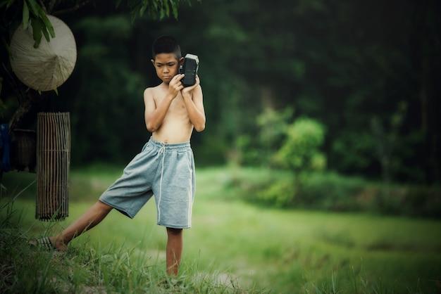 La vida del muchacho asiático en el campo