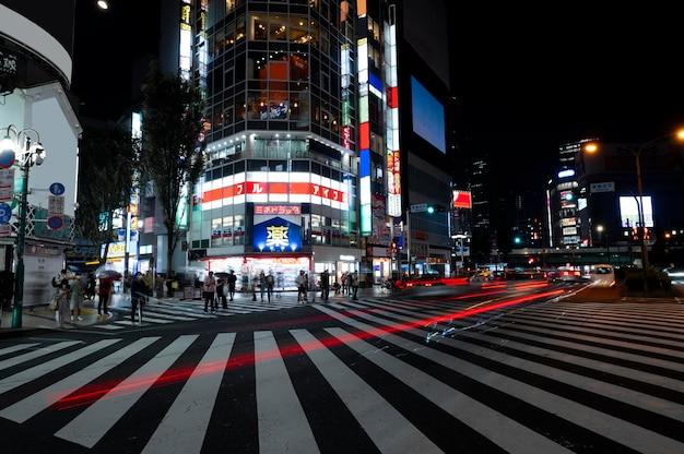 La vida nocturna de la ciudad destellos de luz.