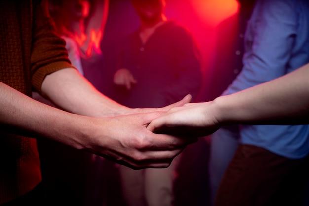 Vida nocturna con gente bailando en un club.