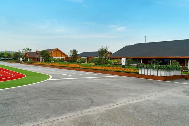 Vida verde, pastizales y casas lejanas
