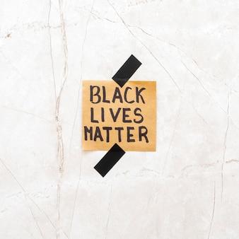 Las vidas negras importan en la superficie del cemento.
