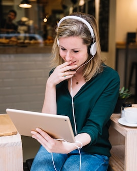 Video femenino con tableta en el restaurante