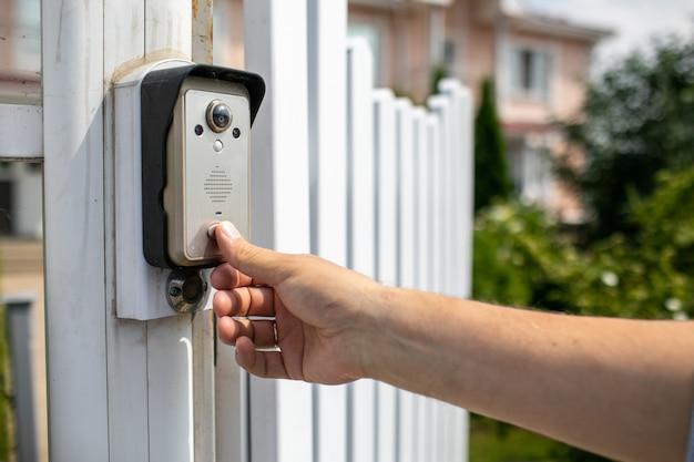 Video intercom en la entrada de una casa