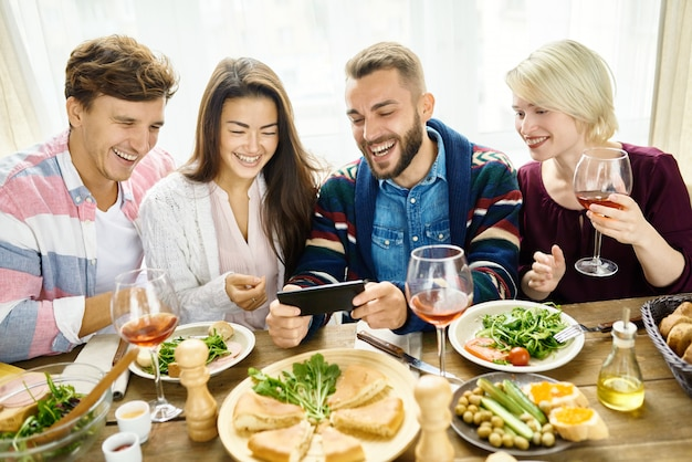Video llamada de amigos en la mesa de la cena