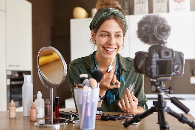 Video de maquillaje de filmación de vlogger femenina
