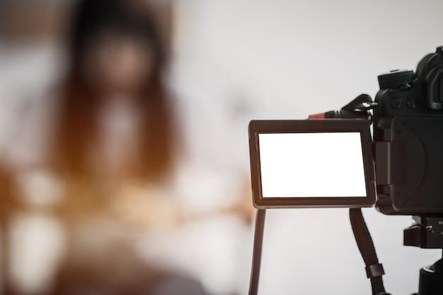 Video periodista o reportero en pantalla lcd cámara en blanco