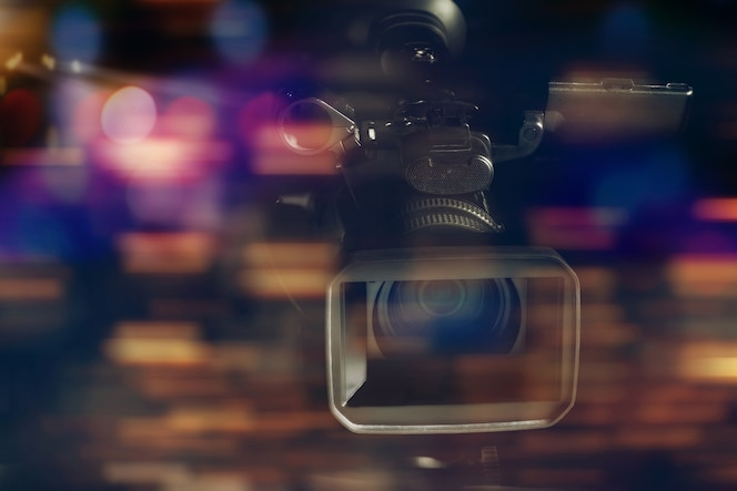 Videocámara de video profesional en estudio con fondo borroso