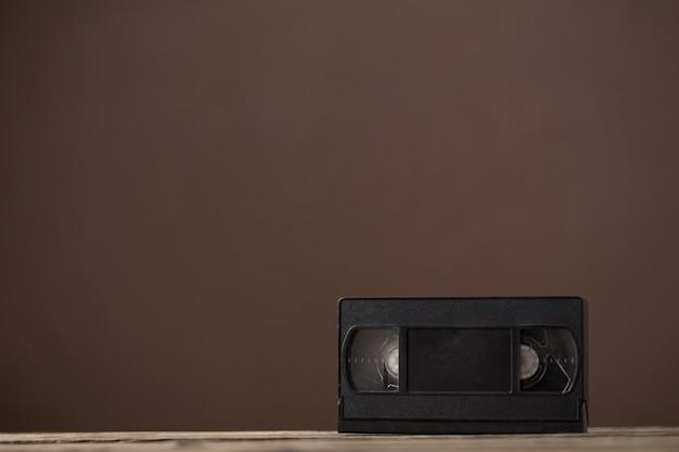 Videocinta en mesa de madera vieja