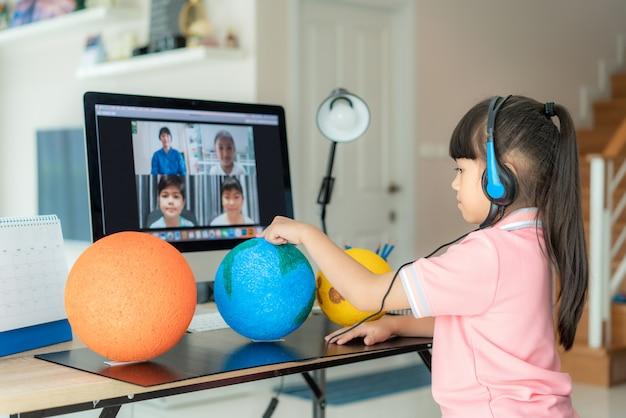 Videoconferencia de aprendizaje en vivo de una estudiante asiática con el maestro y otros compañeros de clase