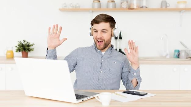 Videoconferencia en casa en la computadora portátil