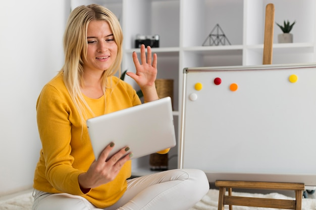Videoconferencia casual de mujer adulta desde casa
