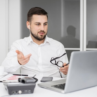 Videoconferencia de empresario