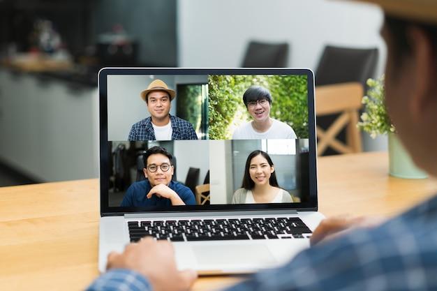 Videoconferencia de empresarios asiáticos en línea en la computadora portátil