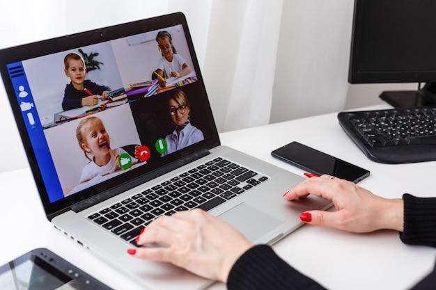 Videoconferencia de mujer con tutor en portátil en casa. concepto de educación a distancia.