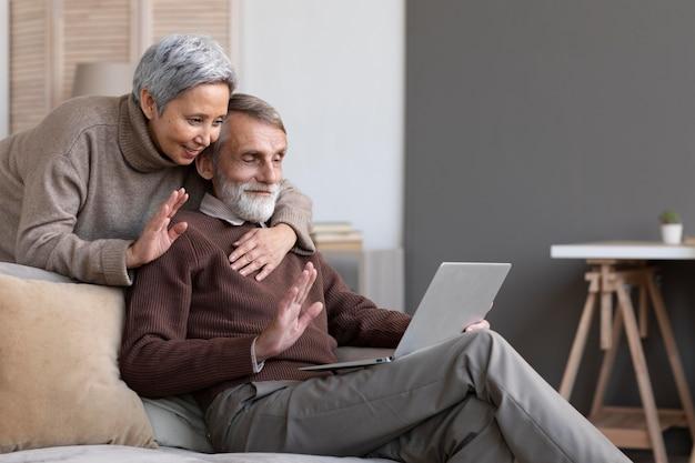 Videoconferencia de pareja senior adorable
