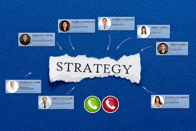 Videoconferencia que tiene lugar en un fondo azul con la estrategia del mensaje.