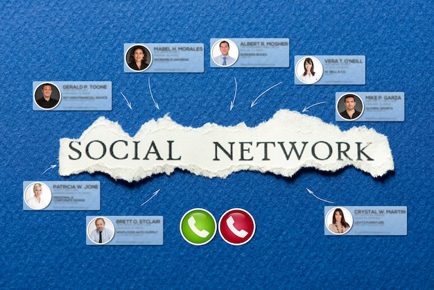 Videoconferencia que tiene lugar en un fondo azul con la palabra red social