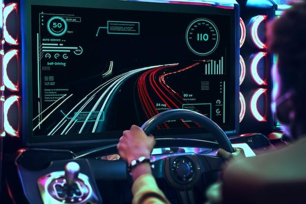 Videojuego de carreras de coches en una sala de juegos.