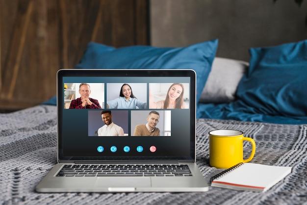 Videollamada empresarial en la cama