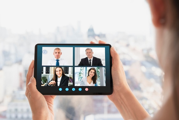 Videollamada empresarial en tableta