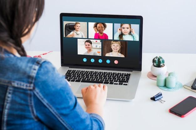 Videollamada empresarial de vista frontal en la computadora portátil