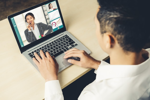Videollamada a empresarios reunidos en un lugar de trabajo virtual o una oficina remota