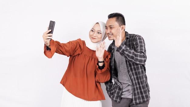 Videollamada de pareja asiática con espacio en blanco de teléfono