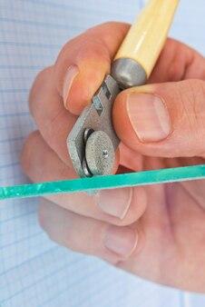 Vidriera corta vidrio transparente, primer plano