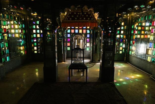 Vidrieras en el palacio de la ciudad en udaipur, rajastán