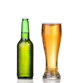 Vidrio aislado y botella de cerveza marrón sobre un fondo blanco.