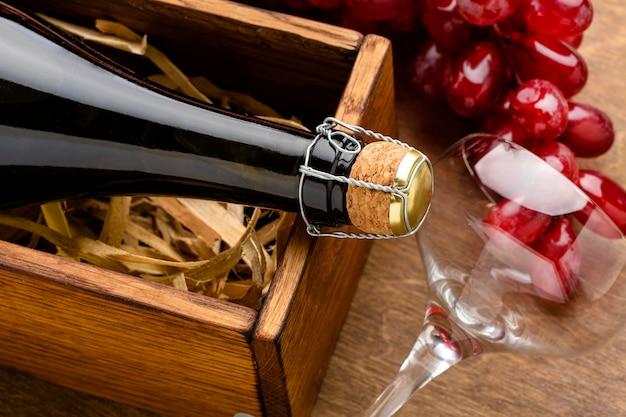 Vidrio y botella de champán de primer plano