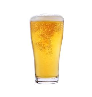 Vidrio de cerveza ligera aislado en un fondo blanco.