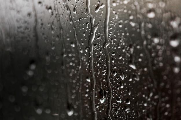 Vidrio humedecido con gotas de agua.