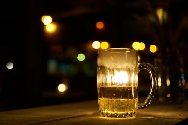 Vidrio noche bebiendo alcohol pub cervecería