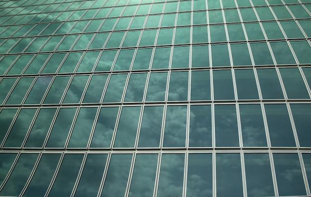 El vidrio de la pared refleja el cielo para el fondo