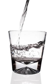 Vidrio y agua sobre un fondo blanco.