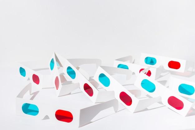 Vidrios rojos y azules 3d aislados en el fondo blanco