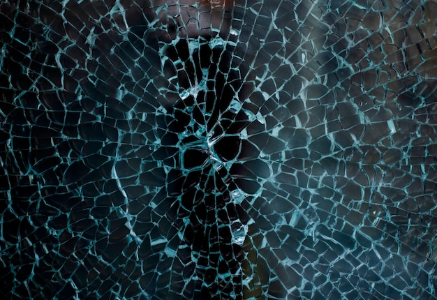 Vidrios rotos de un escaparate de una tienda de ropa con fondo desenfocado