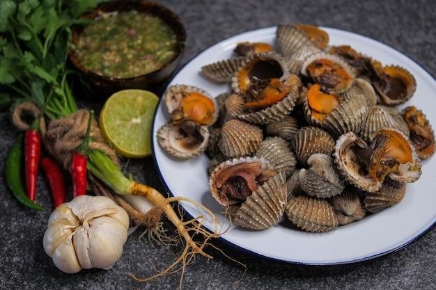 Vieiras berberechos con salsa de mariscos