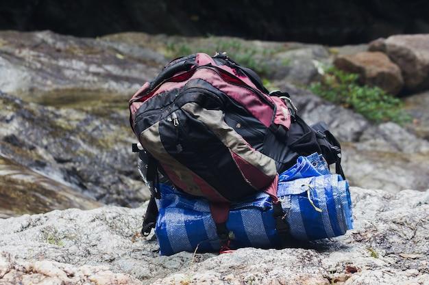 La vieja bolsa se coloca en el suelo de piedra.